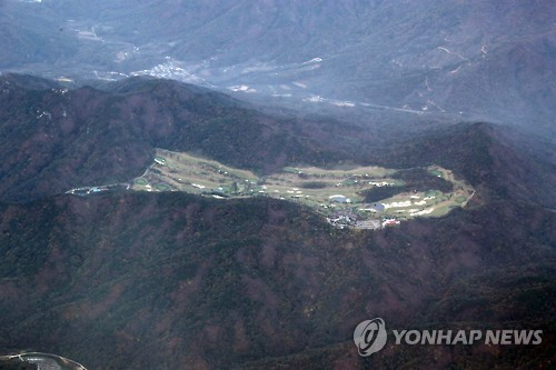 This bird's-eye view taken on Oct. 27, 2016, shows a golf course currently owned by Lotte Group and to be delivered this year to the military as the site for the THAAD missile defense system in Seongju, 296 kilometers south of Seoul. (Yonhap)