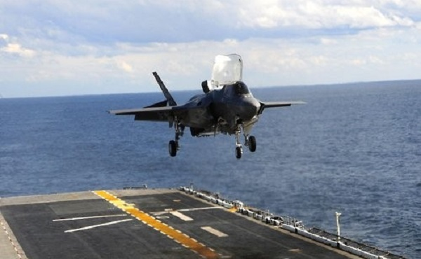 In this photo taken on Oct. 25, 2016, and provided by the US Department of Defense, a US Marine Corps' F-35B stealth fighter is about to land on the amphibious assault ship USS Wasp. (Yonhap)