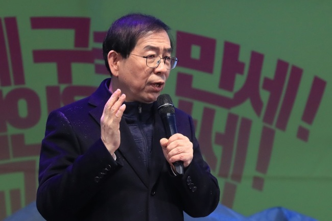Seoul Mayor Park Won-soon on Wednesday speaks at a rally urging for the ouster of President Park Geun-hye. (Yonhap)
