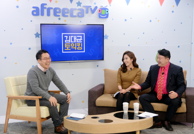 From left: Kevin Seo, CEO of AfreecaTV; Diana Jung, a freelance announcer; and Kim Dae-kyun, a TOEIC instructor and host of a weekly AfreecaTV program (Park Hyun-koo/The Korea Herald)