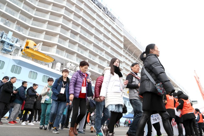 Chinese tourists from the cruise ship Quantum of the Seas board tour buses in Busan Sunday. Quantum of the Seas, carrying 4,000 passengers, was the first cruise ship to come to Busan since Beijing's ban on travel to Korea. (Yonhap)