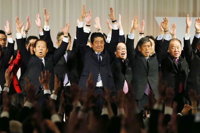 Japan's Prime Minister and the ruling Liberal Democratic Party President Shinzo Abe (center) and his party members take Banzai cheers at the end of their annual convention in Tokyo on March 5, 2017. (AFP-Yonhap)
