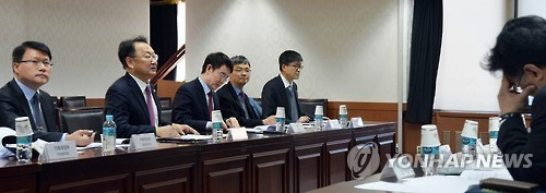 South Korea's Finance Minister Yoo Il-ho (2nd from left) speaks at a meeting with local experts on China's trade retaliatory actions in Seoul on March 6, 2017. (Ministry of Strategy and Trade)