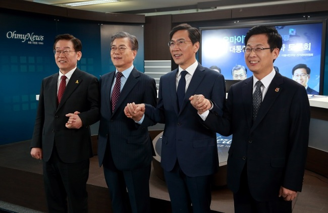 Left to right: Seongnam Mayor Lee Jae-myung, the party's former cheif Moon Jae-in, South Chungcheong Gov. An Hee-jung and Goyang Mayor Choi Sung pose for a photo prior to a TV debate in Seoul on Monday. (Yonhap)