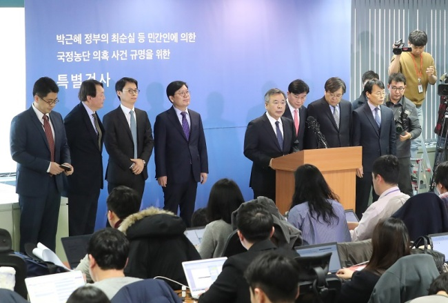 Independent counsel Park Young-soo speaks during a press conference at the special prosecutor's office in Seoul on Monday, to announce the results of its 90-day investigation of President Park Geun-hye, her confidante and aides. (Yonhap)