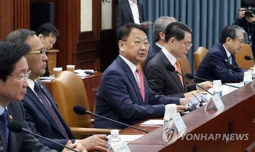 South Korea's Finance Minister Yoo Il-ho (center) speaks at an economy-related ministers meeting in Seoul on March 8, 2017. (Yonhap)