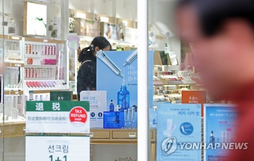 The Korean cosmetics industry may be struck badly by the THAAD installment with the decreasing number of Chinese tourists. (Yonhap)
