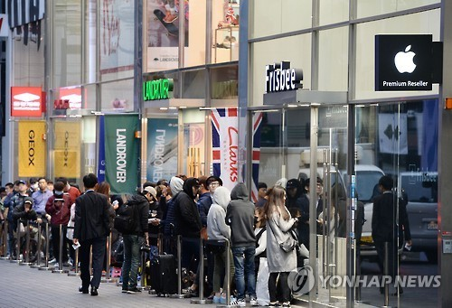 This file photo, taken Oct. 21, 2016, shows a long line of people in downtown Seoul waiting to buy the latest iPhone from the United States' Apple Inc. (Yonhap)