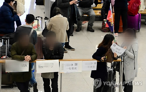 Chinese tourists at the airport (Yonhap)