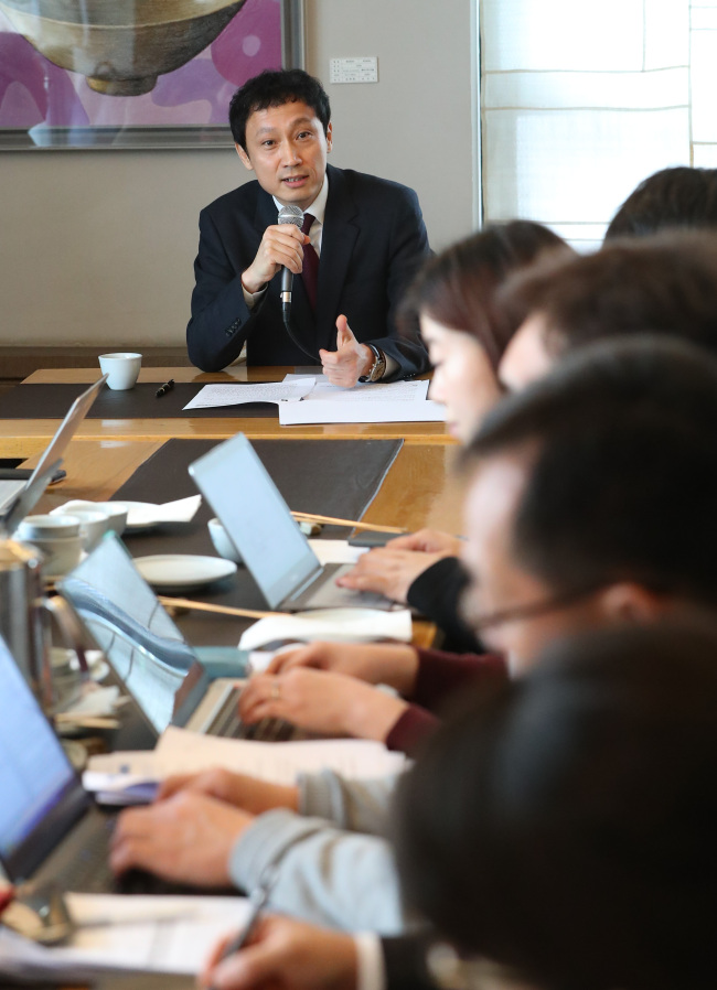 Kim Young-san, deputy minister for culture and arts policy, speaks to reporters in a Seoul restaurant on Thursday. (Yonhap)