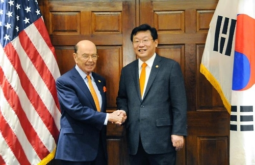 South Korea's Trade Minister Joo Hyung-hwan (right) shakes hands with US Secretary of Commerce Wilbur Ross in Washington on March 8, 2017 (local time). (Ministry of Trade, Industry and Energy)