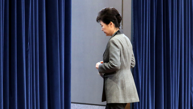 President Park retreats after addressing the nation over the Choi Soon-sil scandal in November last year. (Yonhap)