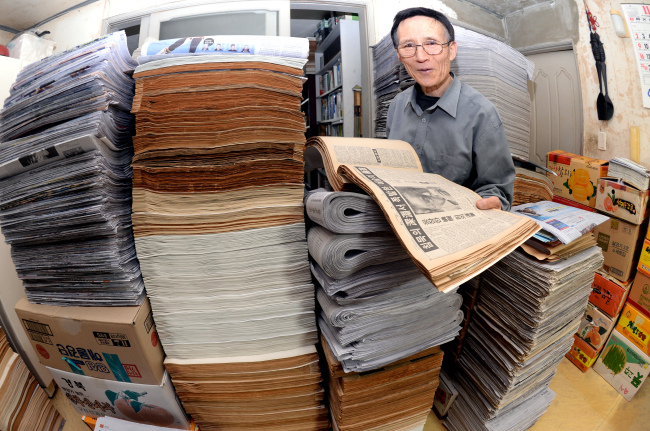 Song Sang-cheon, a newspaper and periodicals collector (Park Hyun-Koo/The Korea Herald)
