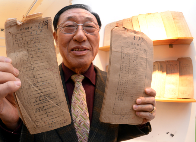 Lee Chong-chan collected his pay envelopes (Park Hyun-koo/The Korea Herald)