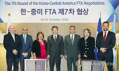 Officials from South Korea and six Central American countries pose for a photo after the seventh round of the Korea-Central America free trade agreement negotiations in Seoul on Oct. 24, 2016. (Courtesy of the Ministry of Trade, Industry and Energy)