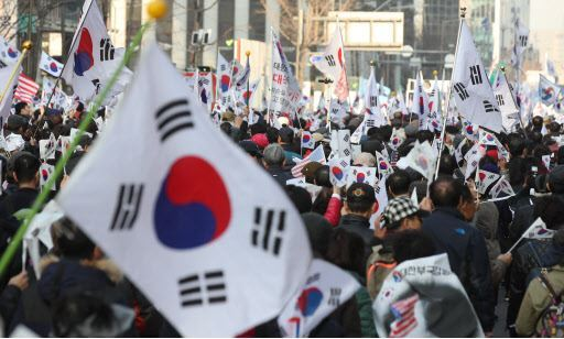 Supporters of former President Park Geun-hye gather at her Samseong-dong residence in Seoul on Sunday. (Yonhap)