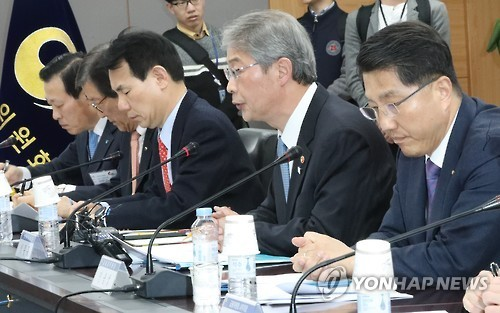 Yim Jong-yong (2nd from R), chairman of the Financial Services Commission (FSC), speaks during a meeting with senior officials from related agencies in Seoul, on March 12, 2017. (Yonhap)