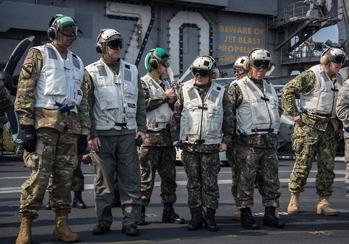 USFK Commander Vincent K. Brooks (far left) and Seoul's JCS Chairman Gen. Lee Sun-jin (4th from left) are briefed on ongoing joint military drills on the USS Carl Vinson aircraft carrier. (Yonhap)