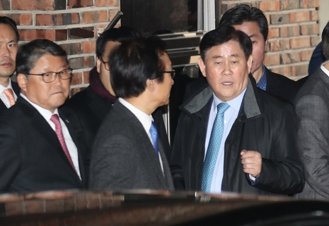 Rep. Cho Kyung-hwan (right) and other lawmakers of the Liberty Korea Party have a conversation in front of ousted former President Park Geun-hye's private residence in Samseong-dong, Seoul, Sunday. (Yonhap)