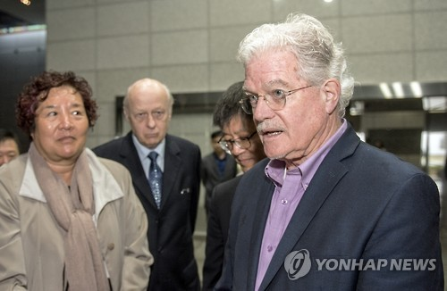 Bruce Cumings (R) visits Jeju Island to attend a peace forum. (Yonhap)