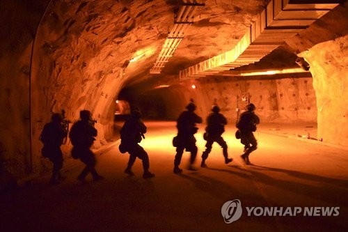 This photo captured from the website of the U.S. Forces Korea's (USFK) 2nd Infantry Division on March 14, 2017, shows U.S. army forces' carry out a tunnel clearing exercise last week at Camp Stanley in Euijeongbu, just north of Seoul. (Yonhap)
