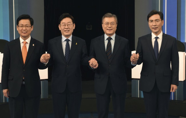 (From left) Goyang Mayor Choi Sung, Seongnam Mayor Lee Jae-myung, Moon Jae-in, former head of the Democratic Party, and South Chungcheong Gov. An Hee-jung pose for a photo ahead of the public debate held in Seoul on March 14, 2017. (Yonhap)