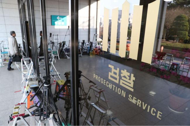 Prosecutors probe conglomerates over Park scandal