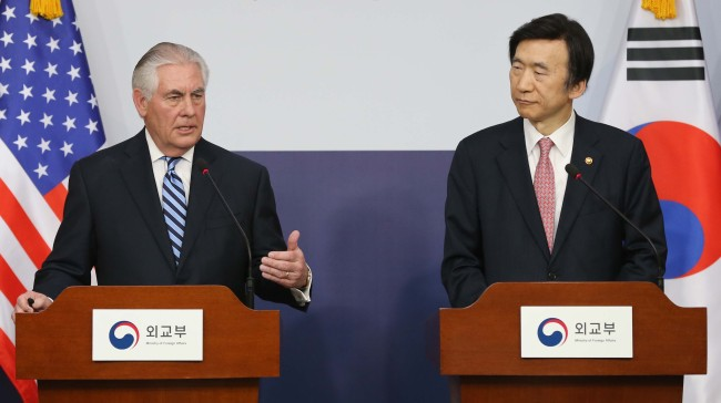 South Korean Foreign Minister Yun Byung-se (right) and US Secretary of State Rex Tillerson hold a joint press conference following their talks at the South Korean Foreign Ministry in Seoul on Friday. (Yonhap)