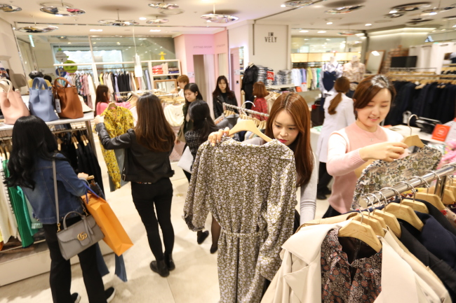 Customers browse at online brand Imvely's outlet at Lotte Department Store's Young Plaza in Jung-gu, Seoul. (Lotte Department Store)