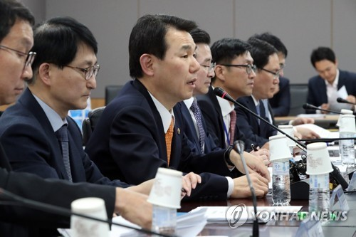 Jeong Eun-bo (3rd from left), vice chairman of the FSC, speaks at a meeting to help boost the fintech industry on March 20, 2017. (Yonhap)