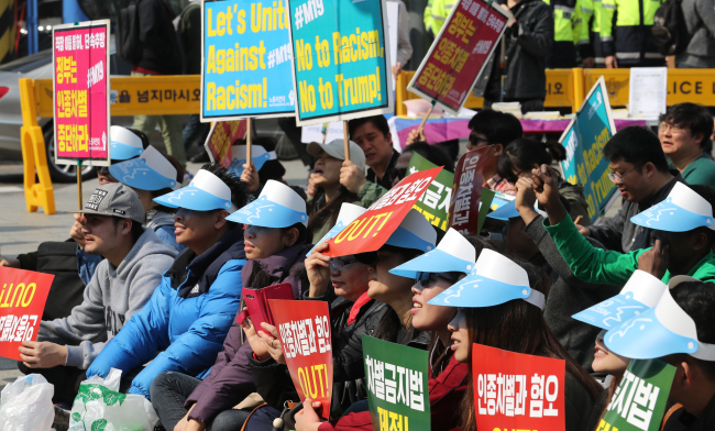 Foreign residents attend a rally to mark the International Day for the Elimination of Racial Discrimination in Seoul on Sunday. (Yonhap)