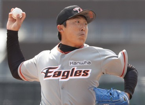 Bae Young-soo of the Hanwha Eagles throws a pitch against the NC Dinos in their Korea Baseball Organization preseason game at Masan Stadium in Changwon, South Gyeongsang Province, on March 22, 2017. (Yonhap)