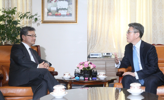 US nuclear envoy Joseph Yun (L) meets with his South Korean counterpart Kim Hong-kyun in Seoul on March 22, 2017. (Yonhap)