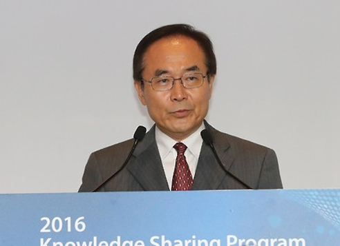 This file photo shows Kim Joon-kyung, president of the state-run Korea Development Institute, speaking during a local forum. (Yonhap)