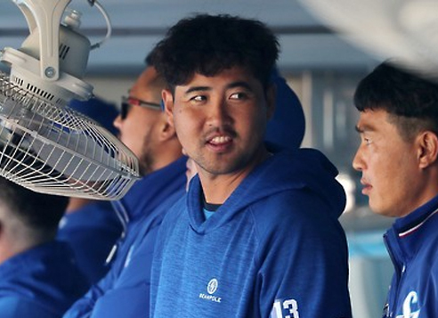 In this file photo taken on March 14, 2017, Jang Won-sam of the Samsung Lions (C) chats with teammates during a Korea Baseball Organization preseason game against the KT Wiz at Daegu Samsung Lions Park in Daegu. (Yonhap)
