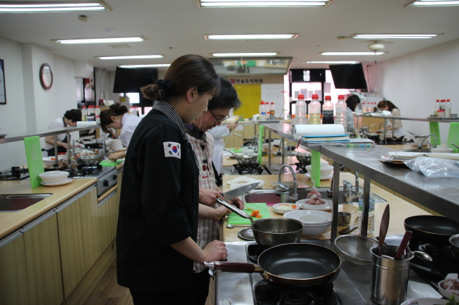 Employed people study to become chefs on Saturdays at Hansol Cooking Hagwon. (Lim Jeong-yeo/The Korea Herald)