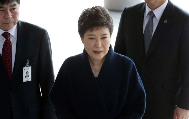 Former President Park Geun-hye arrived at the prosecutors' office on Feb. 21 to be questioned over a string of corruption allegations. (Yonhap)
