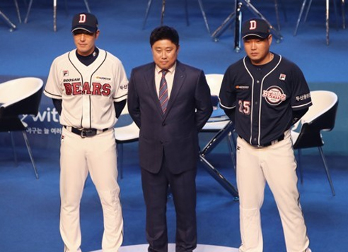 Kim Tae-hyung (center), manager of the Doosan Bears, is flanked by shortstop Kim Jae-ho (left) and catcher Yang Eui-ji at the annual Korea Baseball Organization media day in Seoul on March 27, 2017. (Yonhap)