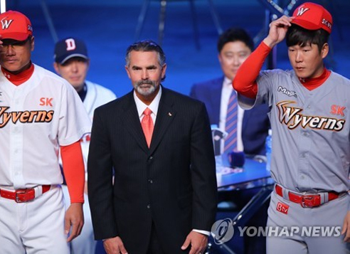 Trey Hillman (center), manager of the SK Wyverns, stands between infielder Park Jung-kwon (left) and pitcher Park Hee-soo at the start of the annual Korea Baseball Organization media day in Seoul on March 27, 2017. (Yonhap)