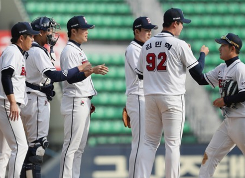 Members of the Doosan Bears celebrate their preseason victory over the Samsung Lions in the KBO at Jamsil Stadium in Seoul on March 24, 2017. (Yonhap)