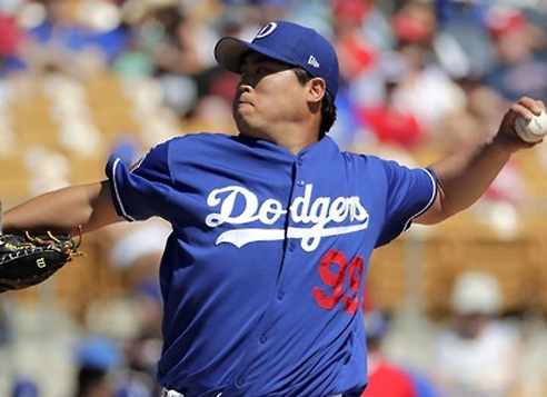 In this Associated Press photo taken on March 11, 2017, Ryu Hyun-jin of the Los Angeles Dodgers throws against the Los Angeles Angels during the first inning of a spring training baseball game in Phoenix, Arizona. (Yonhap)