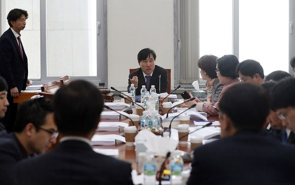 Ha Tae-kyung, chairman of the Environment and Labor Committee, holds a meeting to discuss the amendment of the Labor Standards Law with its members at the National Assembly in Seoul, Monday. (Yonhap)