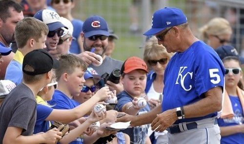 In this Associated Press photo taken on March 15, 2017, George Brett, a Hall of Fame third baseman for the Kansas City Royals, signs autographs before the team's spring training baseball game against the Chicago White Sox in Surprise, Arizona. (Yonhap)