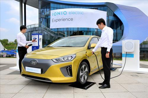 This photo, provided by Hyundai Motor Co., shows how a battery is recharged for the firm's Ioniq electric car. (Yonhap)