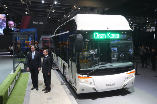 MAN Truck & Bus Korea unveils the MAN Lion's City low-floor city bus series fueled by natural gas for the first time in Asia. (Yonhap)