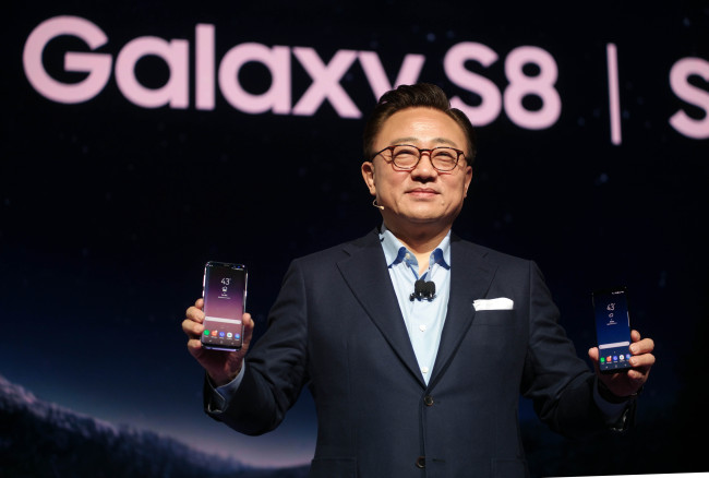 Koh Dong-jin, Samsung Electronics' mobile business chief, presents the Galaxy S8 at the company's unpacking event in New York on Wednesday. (Samsung Electronics)