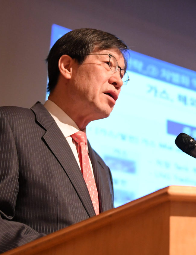 Kwon Oh-joon, chairman of POSCO, gives a presentation on the company`s financial perfomrance and business strategy at a forum on Thursday in Seoul. (Yonhap)