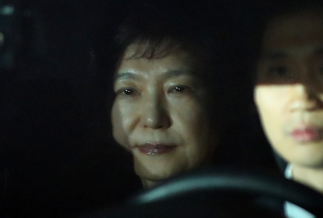 Former President Park Geun-hye is taken to a detention house in Uiwang on Friday morning. (Yonhap)