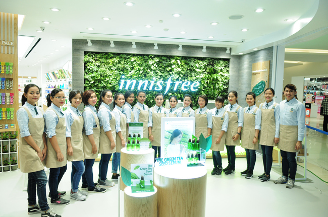 INNISFREE ENTERS INDONESIA -- Beauty consultants pose at Amorepacific's Innisfree store in Jakarta, the cosmetic giant's first store in Indonesia, Friday. It officially opened on March 24. (Innisfree)
