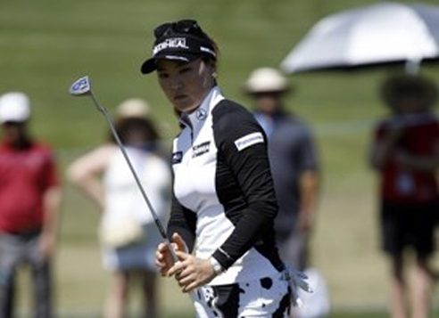 In this Associated Press photo, Ryu So-yeon of South Korea watches her putt during the final round of the ANA Inspiration tournament on the LPGA Tour in Rancho Mirage, California, on April 2, 2017. (Yonhap)